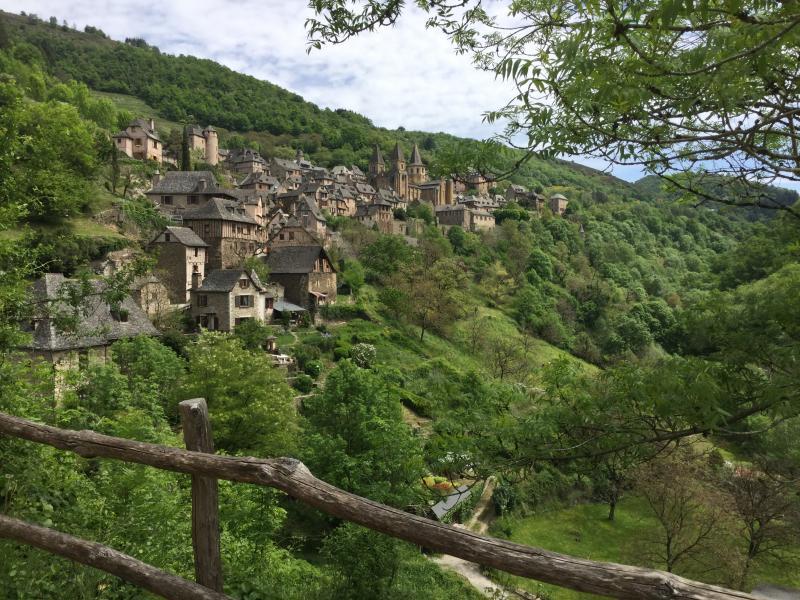"""Conques, einer der idyllischsten Orte entlang dem französischen """"camino"""" (GR 65)"""
