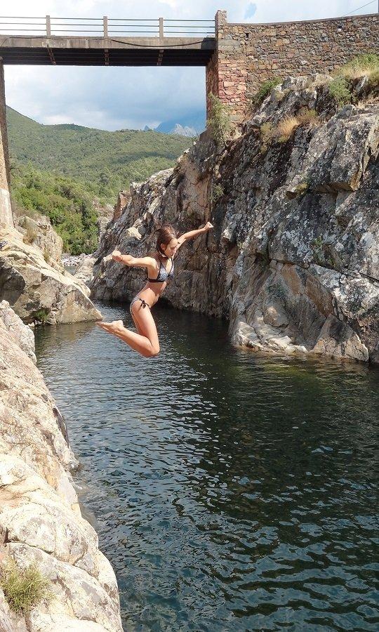Sprung vom Felsen in den Fango auf Korsika