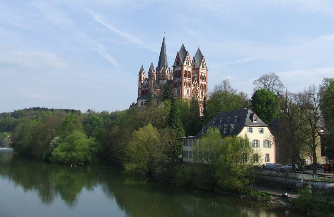 Blick über die Lahn auf den Limburger Dom