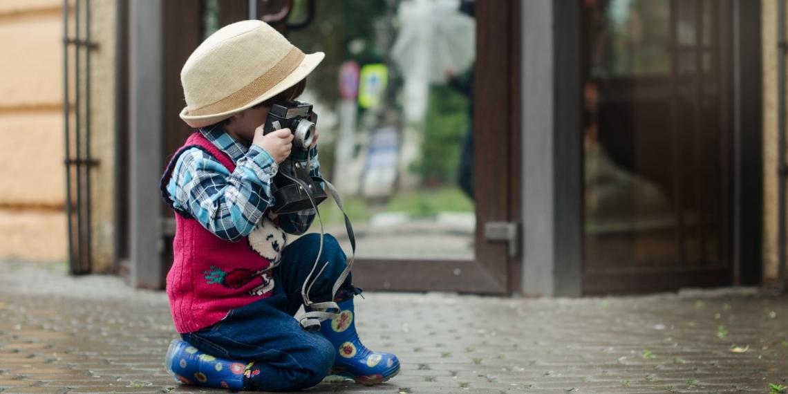 Kind als Fotograf in der Stadt