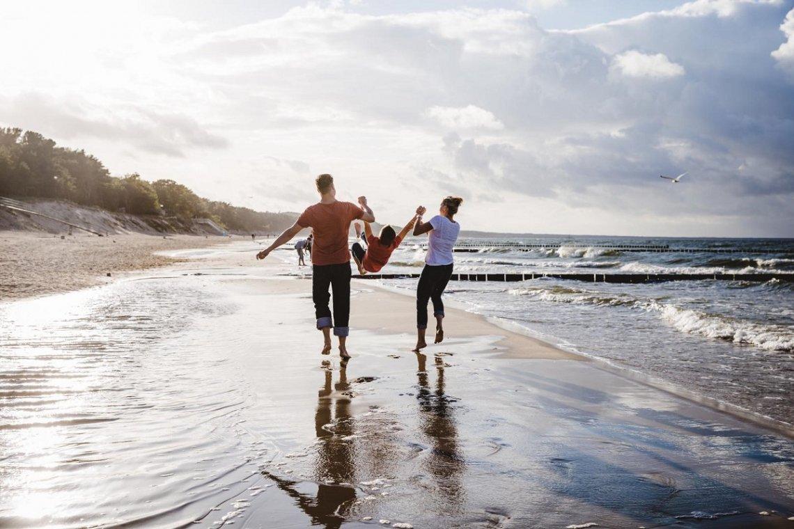 Familie am Nordseestrand beim Spaziergang