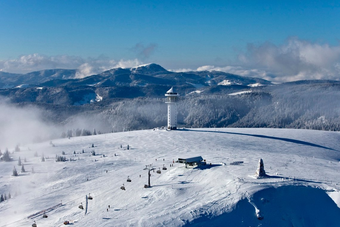 Blick von oben auf das Skigebiet am Feldberg