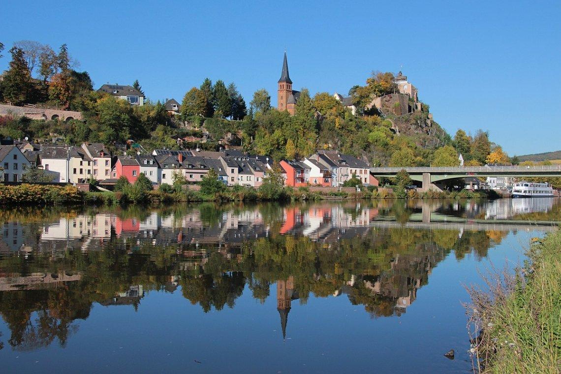 Blick auf die Saar und die kleine Stadt Saarburg