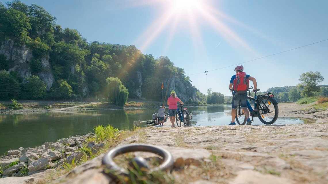 Fahrradfahrer an der Seilfähre über die Donau
