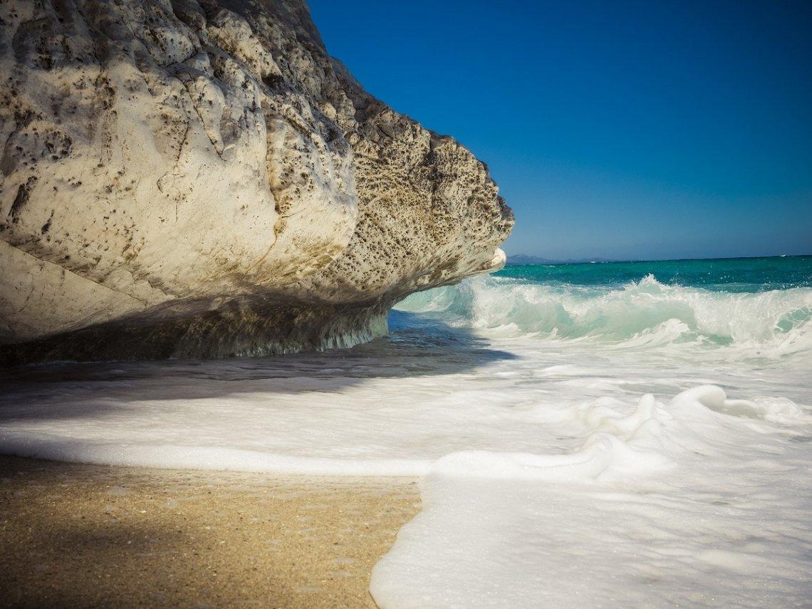 Felsen und Strand auf Sardinien