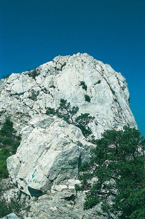 Auf den Fels gemalter Wegweiser unterhalb des Pilon du Roi