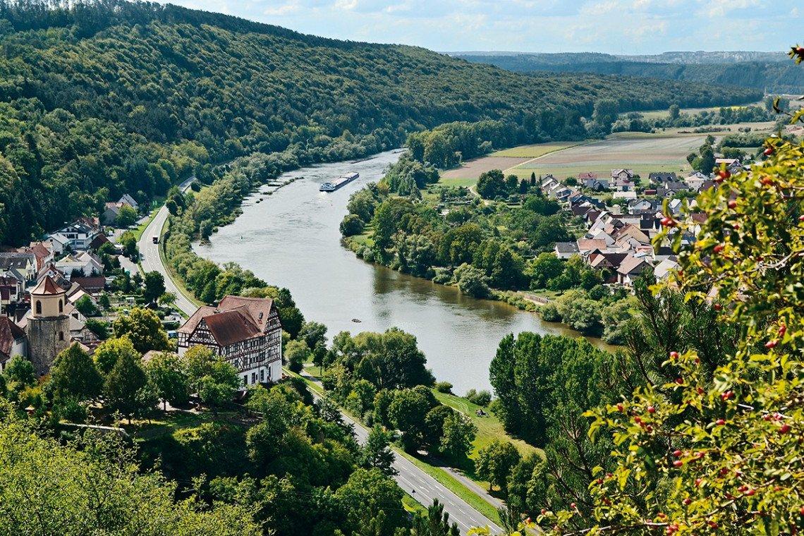 Blick von oben auf das Maintal mit Schloss Homburg