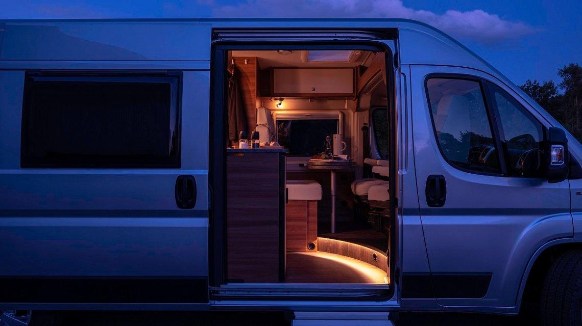 Lichtstimmung im Campervan Carado Vlow am Abend