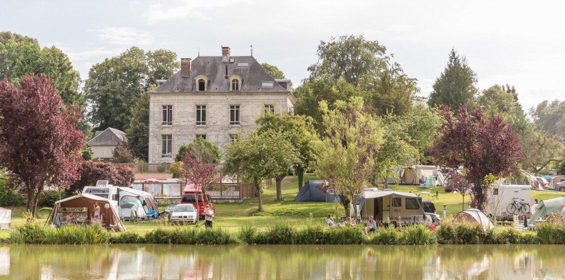 Blick übers Wasser auf den Campingplatz Le Brévedent in der Normandie