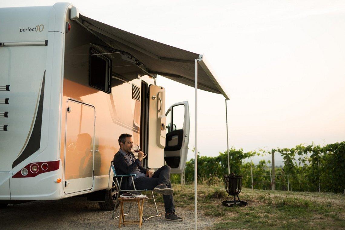 Carado Reisemobil mit Markise am Weinberg