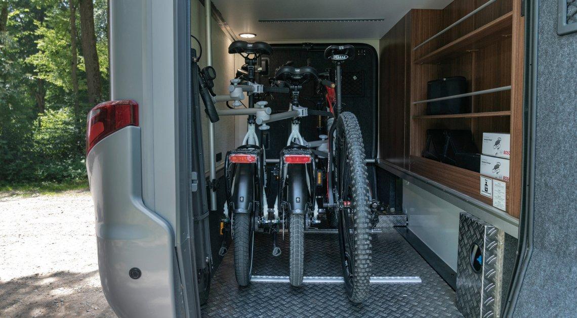 Drei E-Bikes in der Heckgarage eines Hymer Wohnmobils