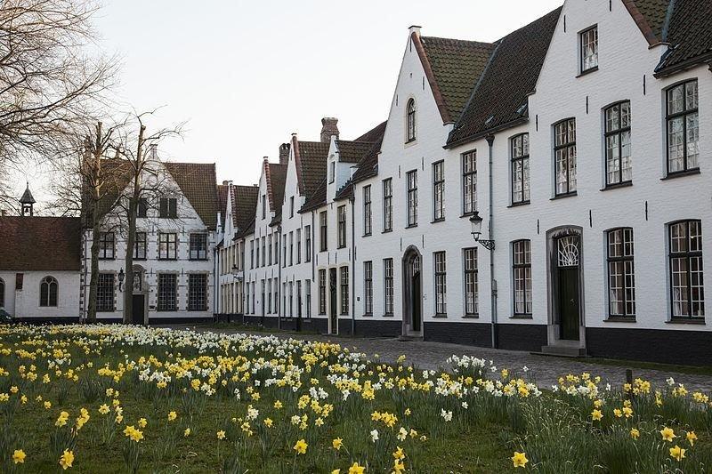 Ten Wijngaerde is het enige begijnhof in Brugge dat van vroeger is overgebleven en nog bewoond wordt.