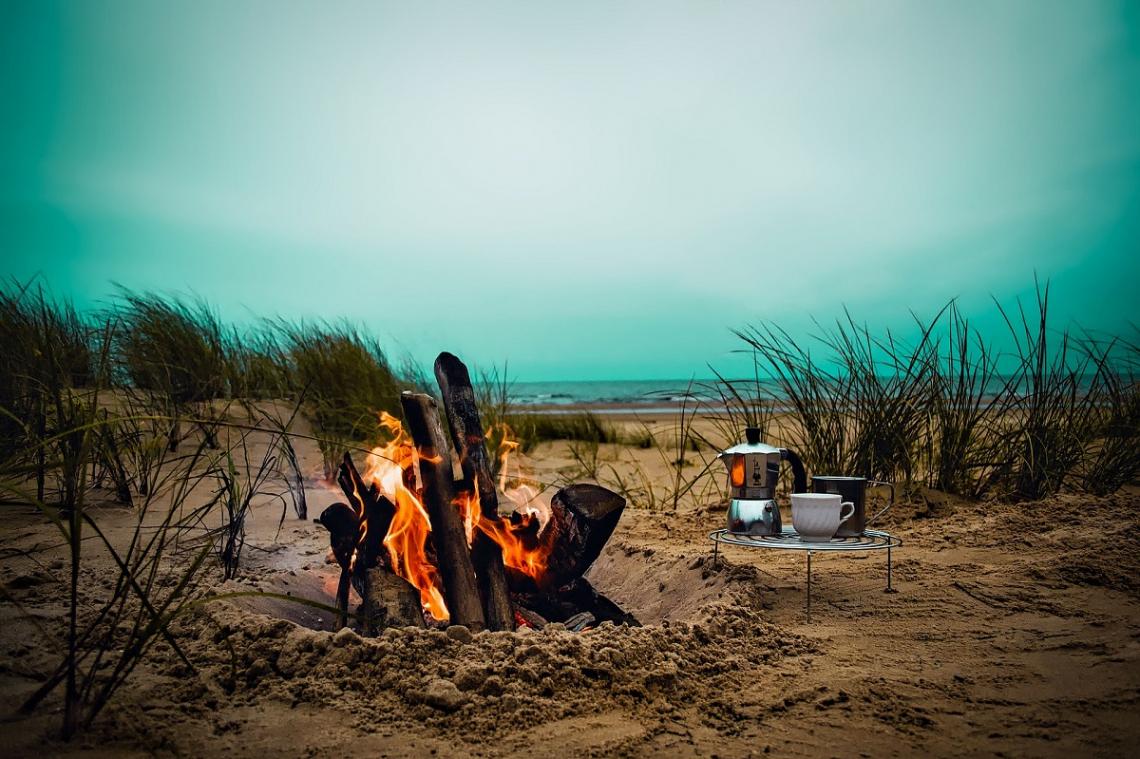 Lagerfeuer am Strand in den Duenen
