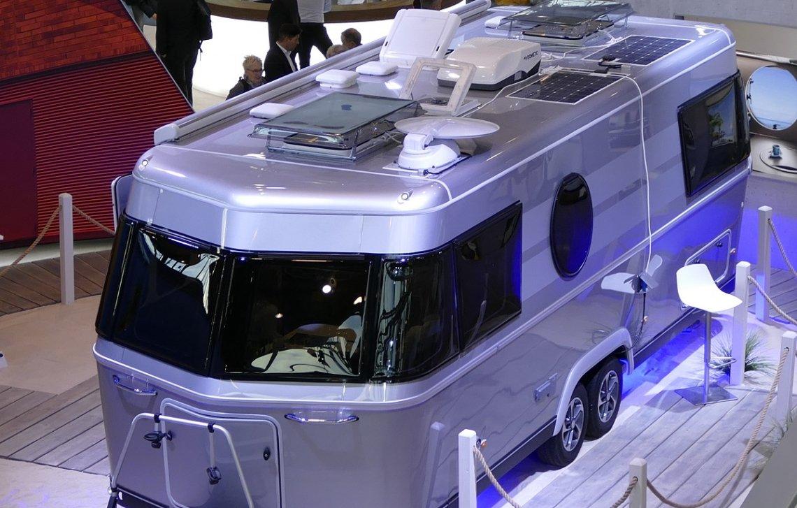 Luxuswohnwagen Eriba Touring 820 mit Solarpaneelen auf dem Dach