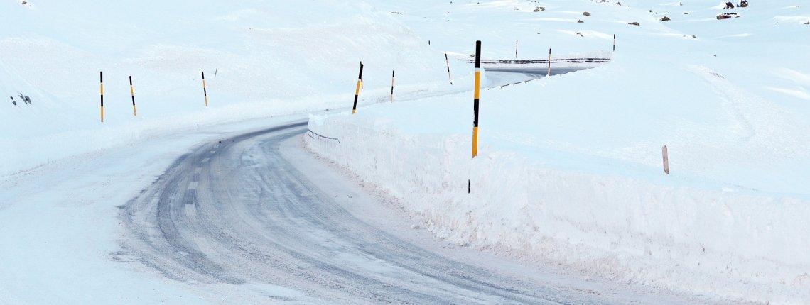 Gladde en besneeuwde weg in de winter