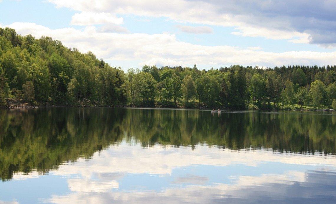 Kanufahrer auf einem See in Dalsland, Schweden