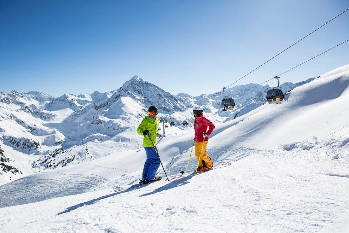 Skifahrer im Skigebiet Kühtai bei Innsbruck, Österreich
