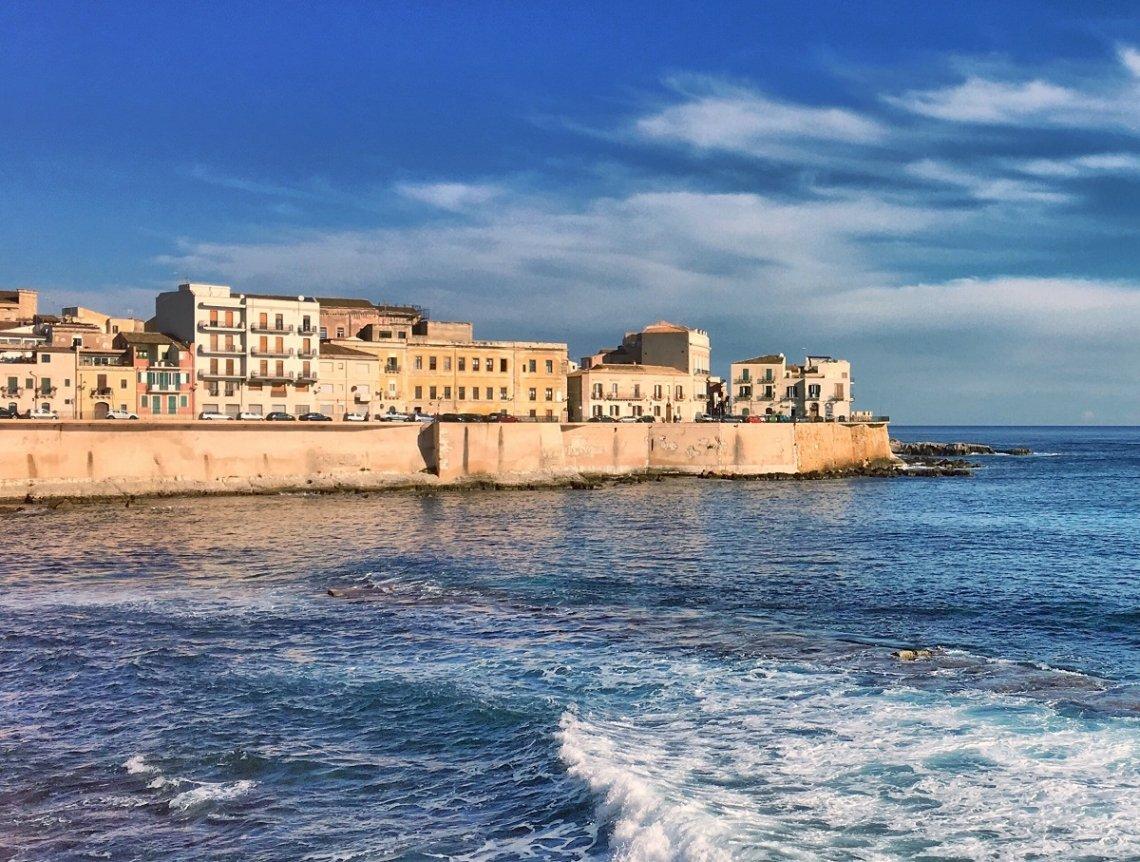 Blik vanaf de zee op Syrakus, Sicilië