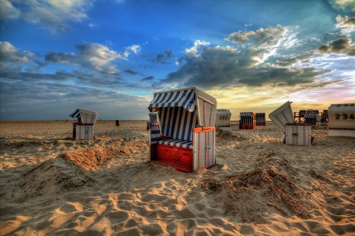 Sandburg rund um den Strandkorb an der Nordsee
