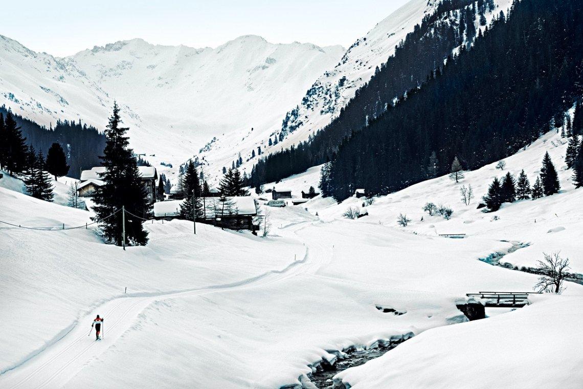 Blick auf das verschneite Sertigtal in der Schweiz