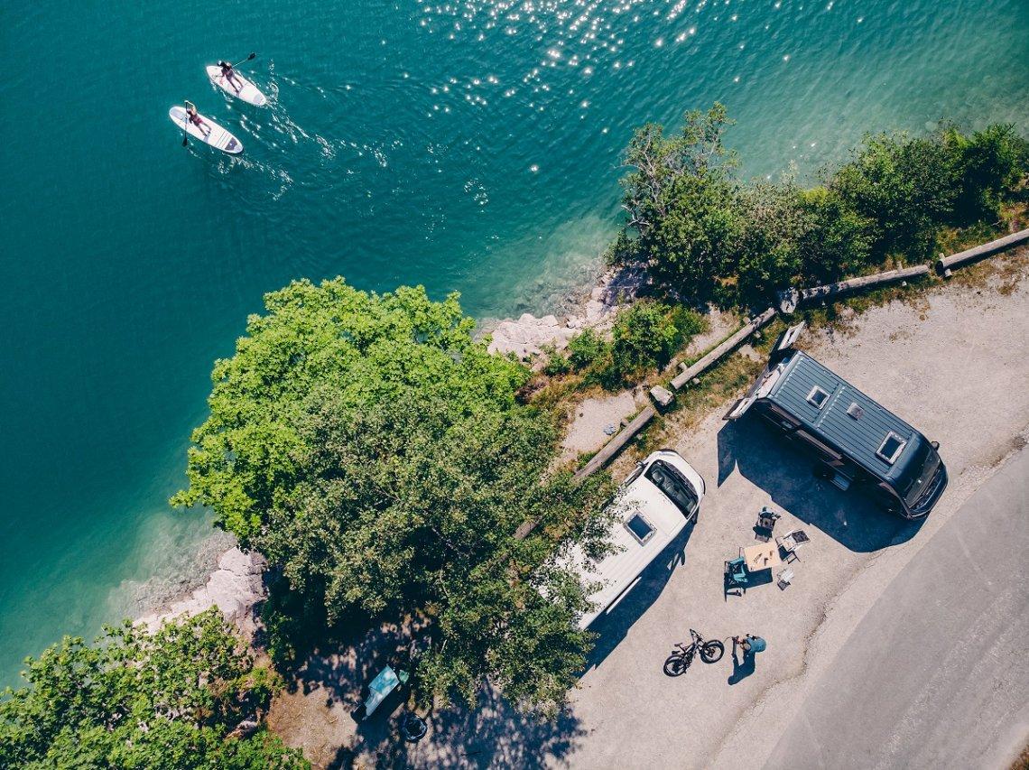 Blick von oben auf Sunlight Campervans am Wasser