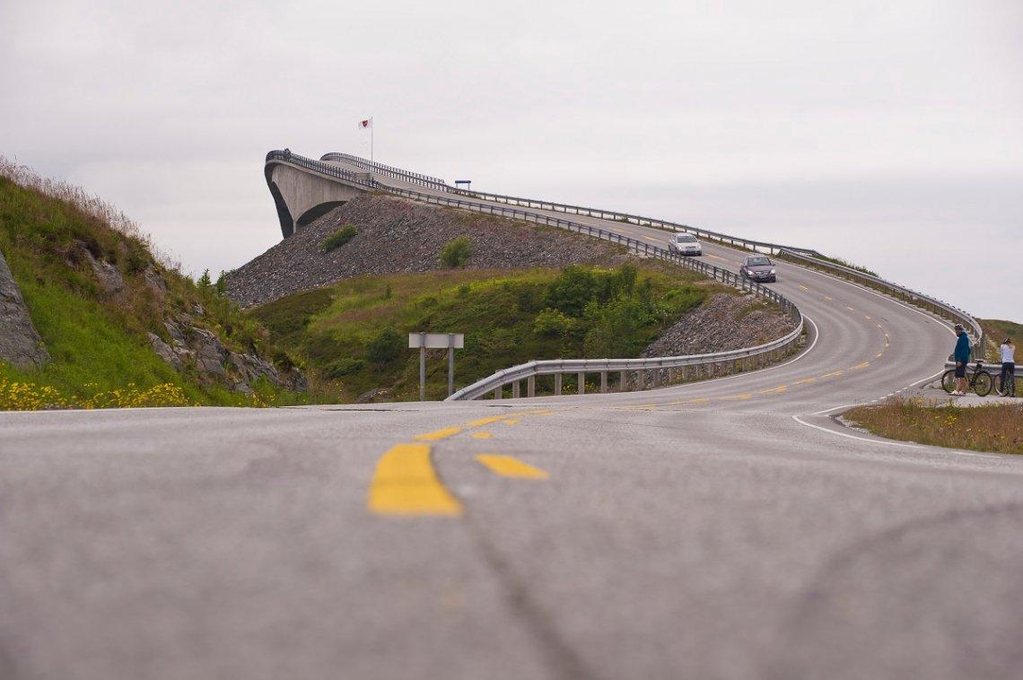 Geschwungene Brücke Atlantic Road, Norwegen