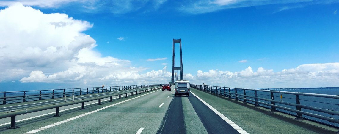 Wohnwagen auf der Öresundbrücke auf dem Weg nach Schweden