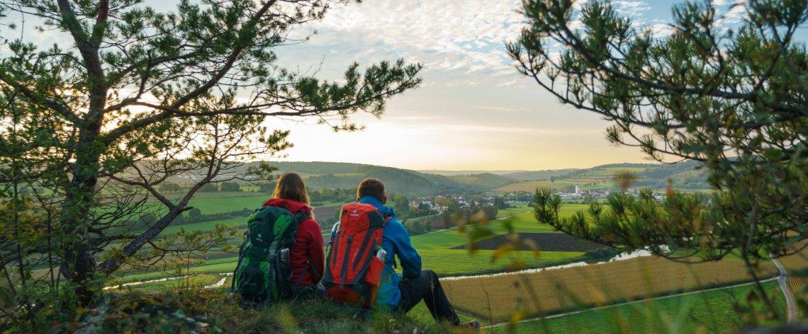Wanderer Blick ins Altmuehltal, Deutschland