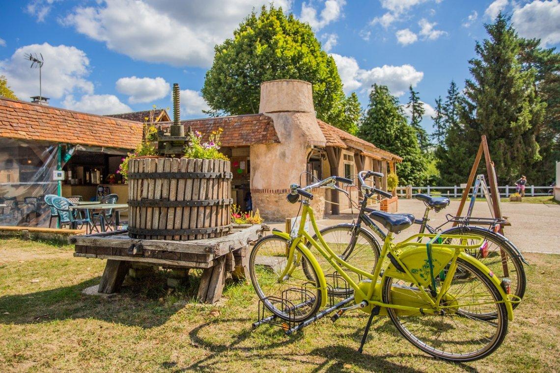 Bauernhaus und Fahrräder auf dem Campingplatz Les Saules im Loiretal