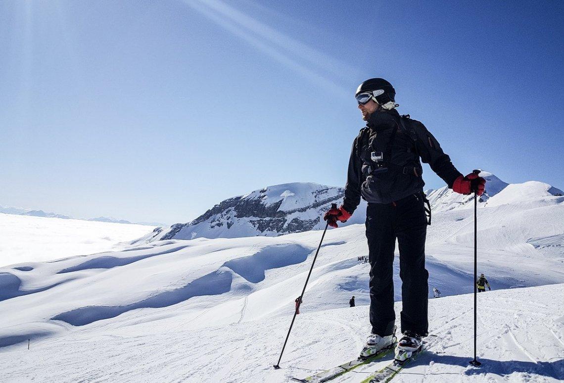 Skifahrer mit Rucksack auf Skipiste