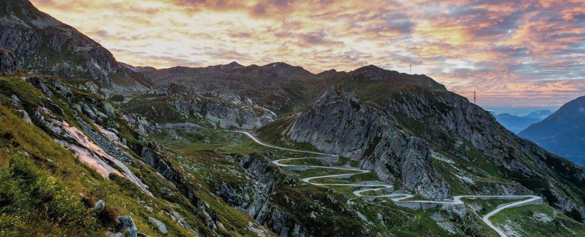 Sonnenaufgang auf dem St.Gotthard mit Sicht auf die Tremola