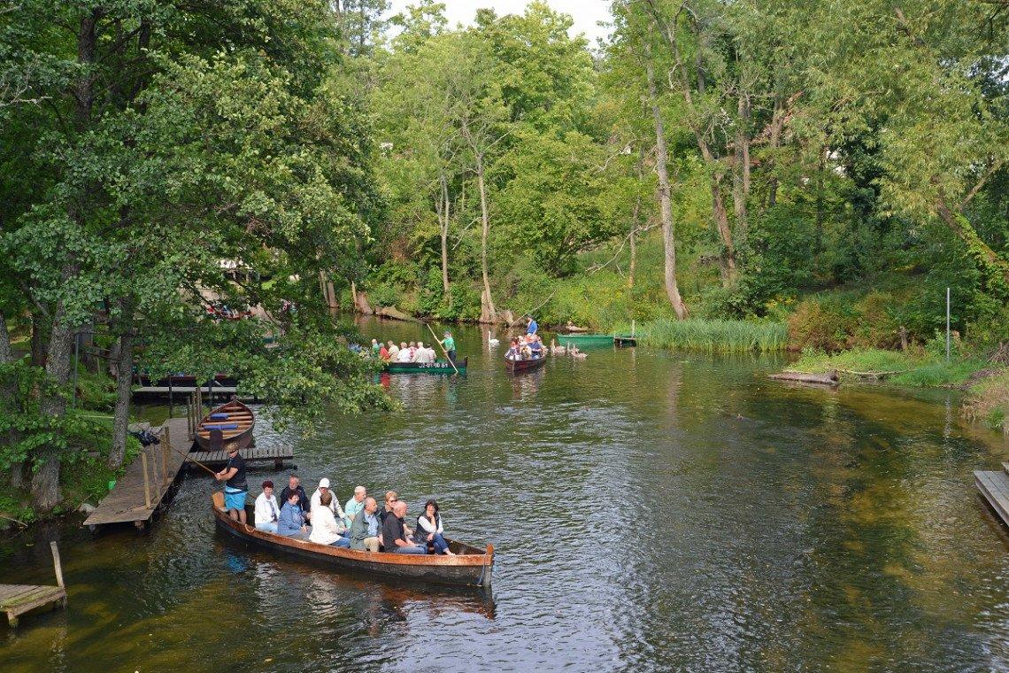 Kleine Ausflugsboote auf dem Fluss Krutynia