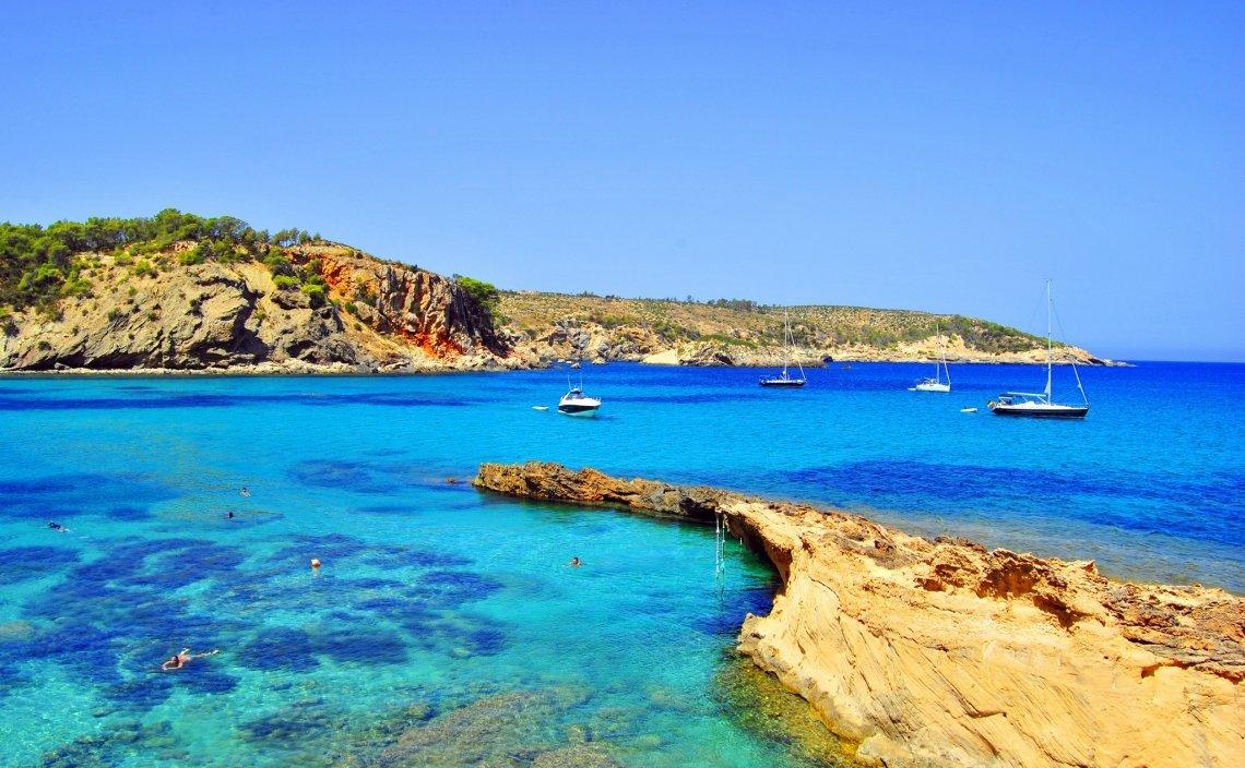 Ibiza kent veel stranden om van te dromen.