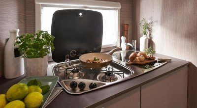 Kochbereich im Bürstner Wohnwagen Premio Life Modell 2022