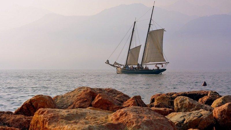 Segelschiff auf dem Gardasee in Norditalien