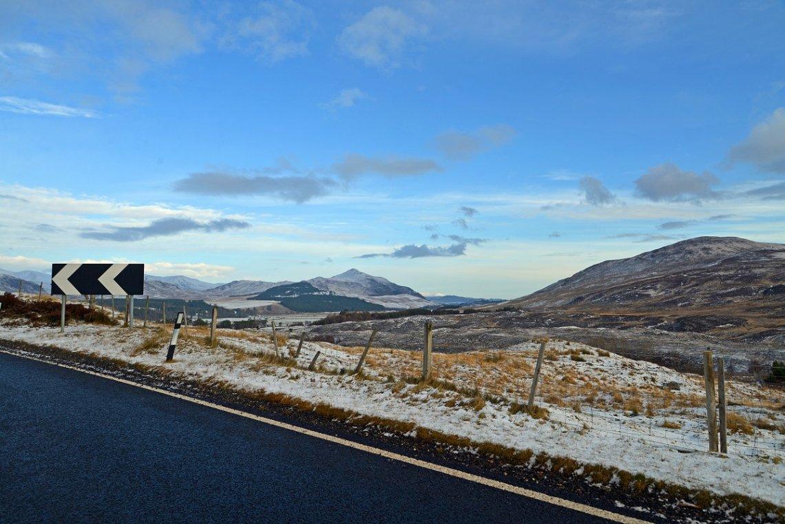 Blick von Straße auf die Landschaft der Highlands