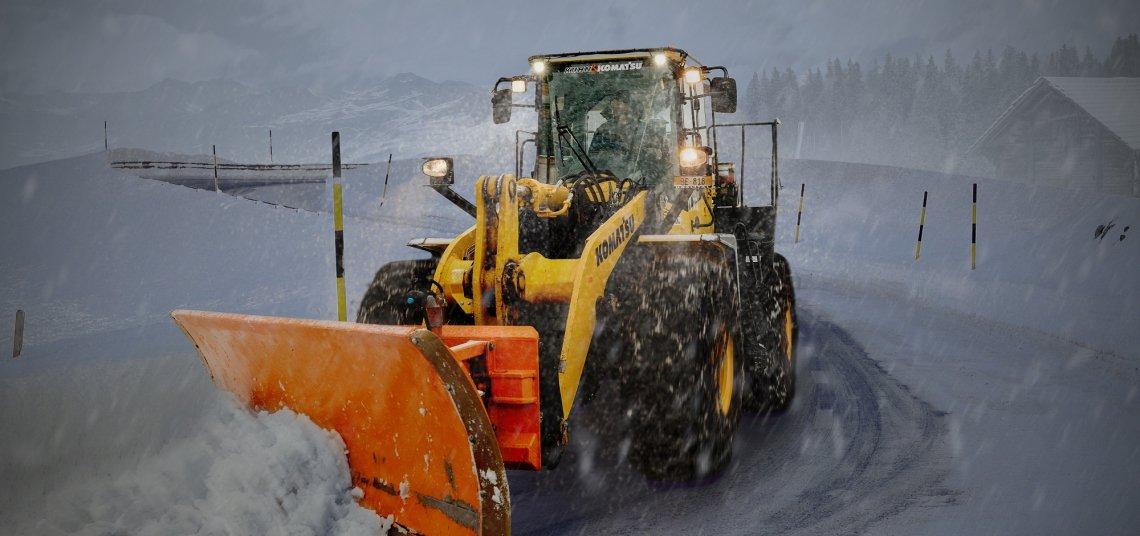 Sneeuwschuiver in de bergen