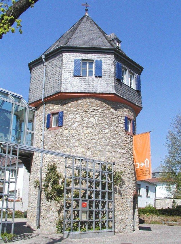 Blick auf den historischen Mainturm in Flörsheim