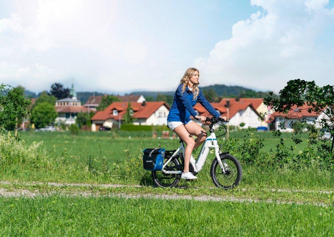 Frau auf Hymer E-Bike by Flyer in der Natur