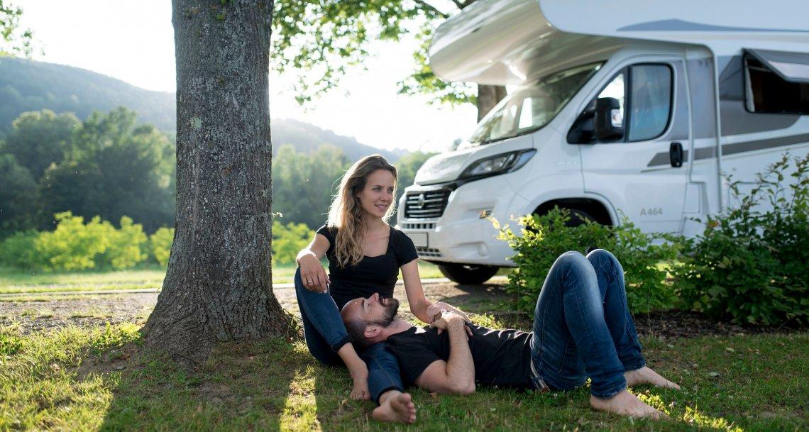 Paar mit dem Carado Reisemobil in der Natur
