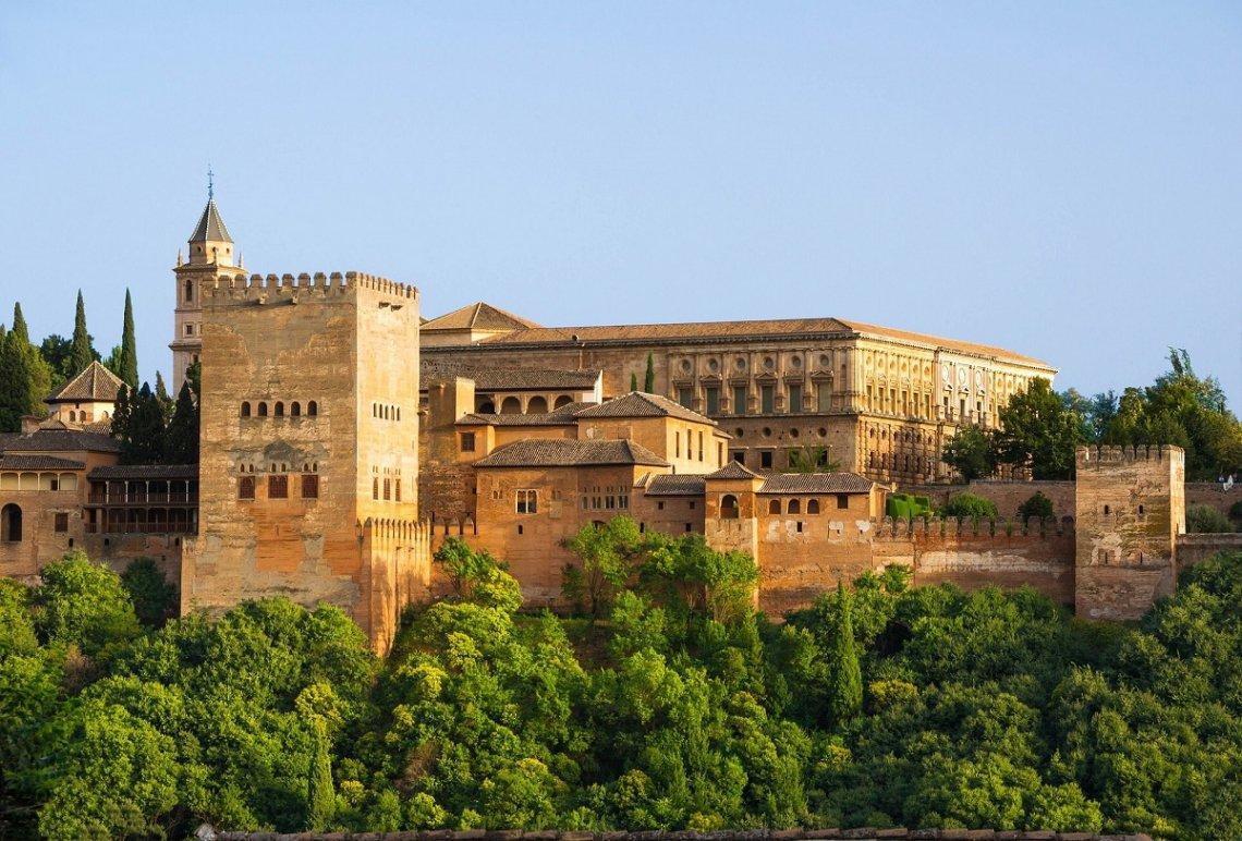 Blick von außen auf die Alhambra in Granada
