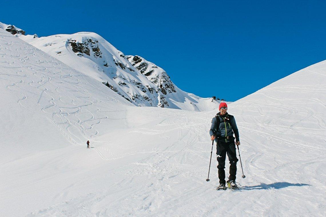 Abstieg vom Gamsfuß bei strahlendem Sonnenschein mit Schneeschuhen