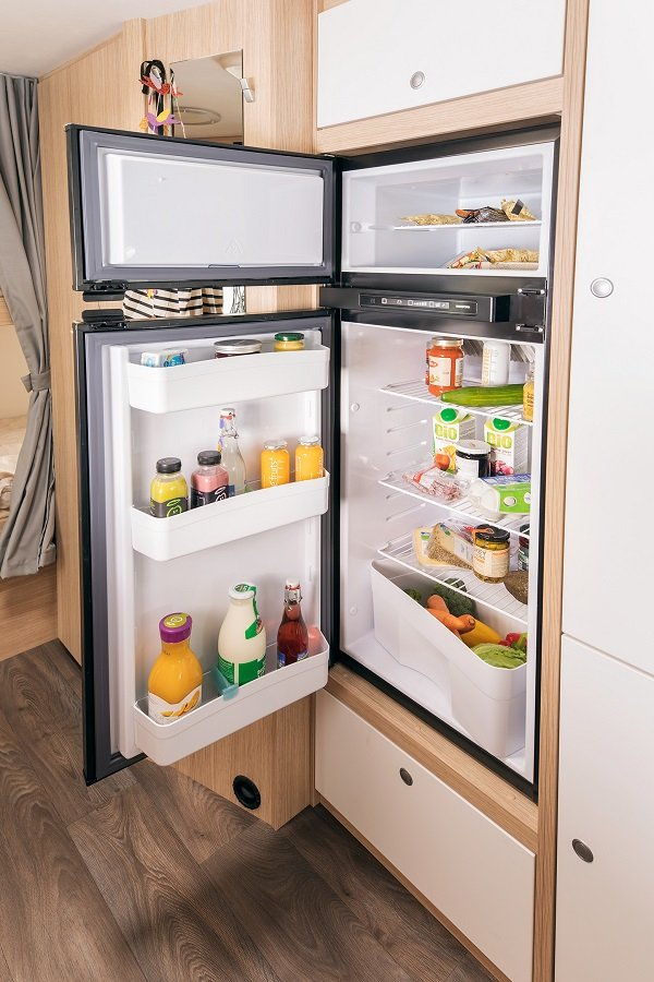 Offener Kühlschrank im Sunlight Reisemobil