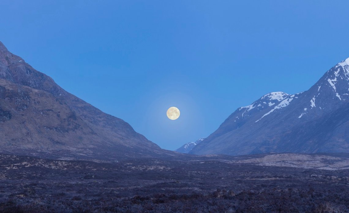 Blick auf das Glen Coe Tal bei Mondschein