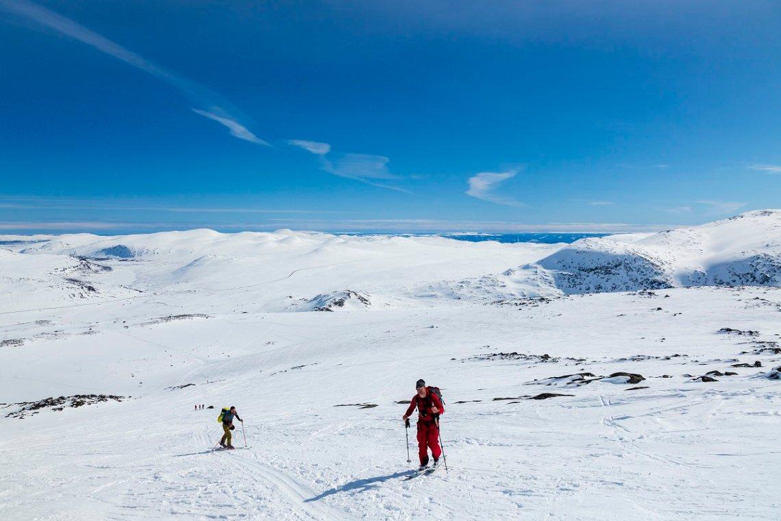 blick auf die verschneite Berglandschaft und die Valdresflye