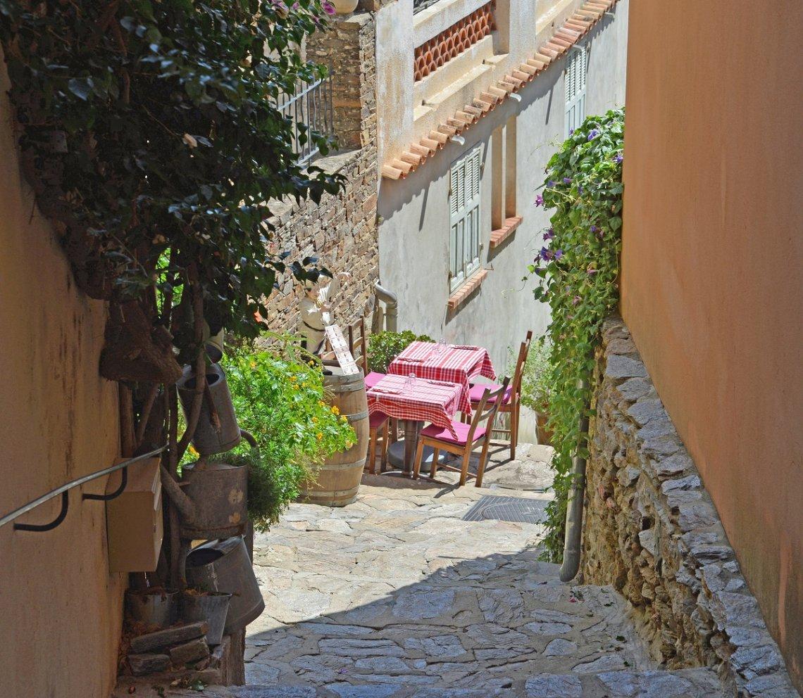 Gedekte tafel in een steeg in Rayol Canadel, Frankrijk