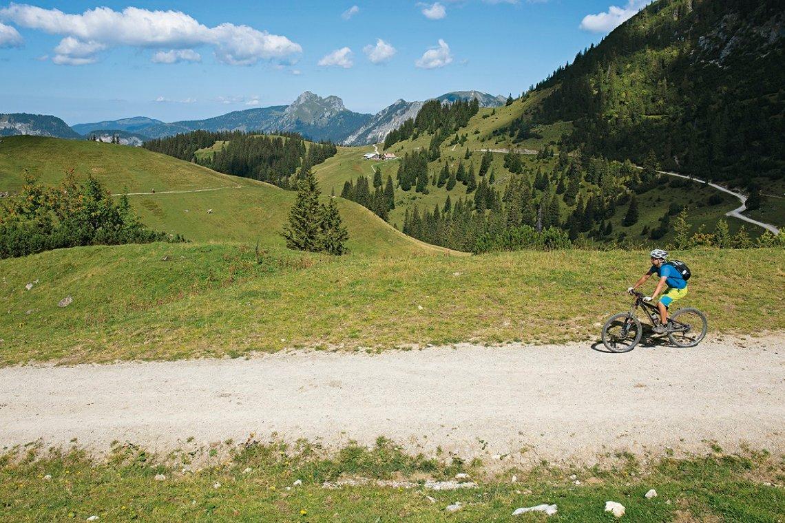 Mountainbiker bei der Auffahrt von der Nesselwängler Ödenalpe zur Gräner Ödenalpe