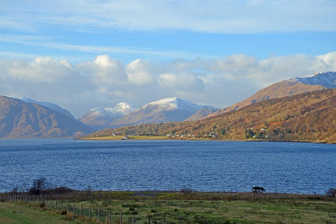 Blick übers Wasser auf Glencoe in Schottland