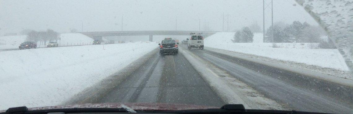 Verkeer op de snelweg tijdens sneeuwval