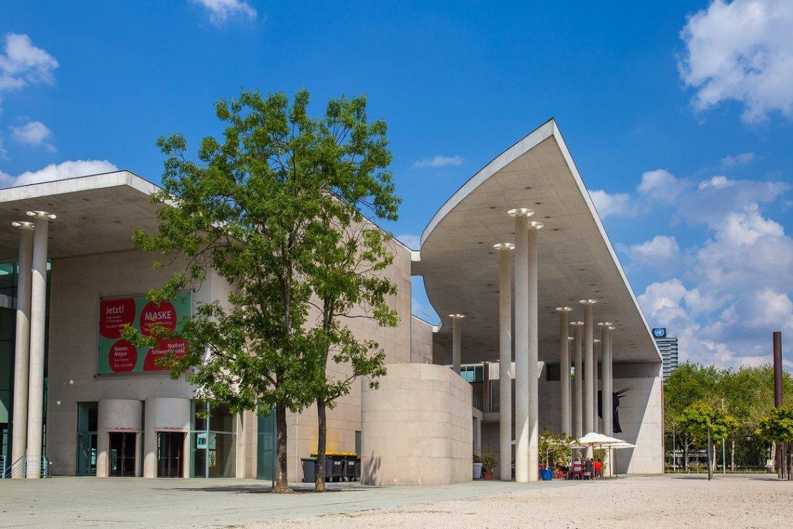Aussenansicht Kunstmuseum Bonn mit ausgefallener Architektur